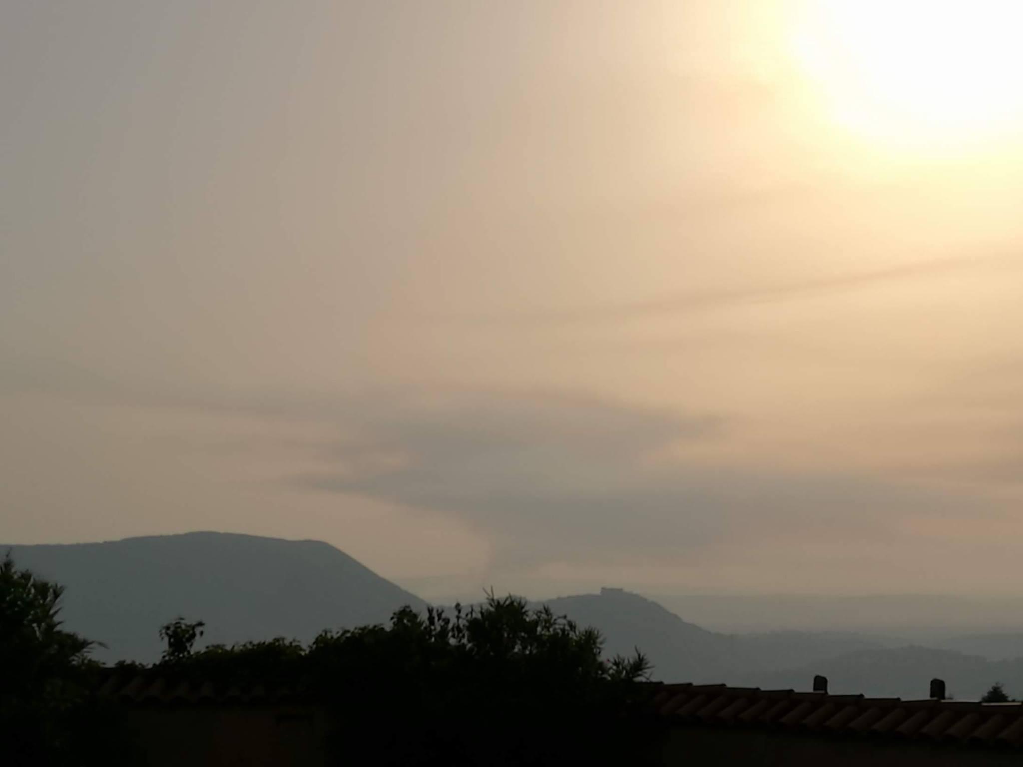 Fumo ben visibile da 20km di distanza